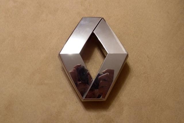 Как надёжно закрепить эмблему Рено Логан