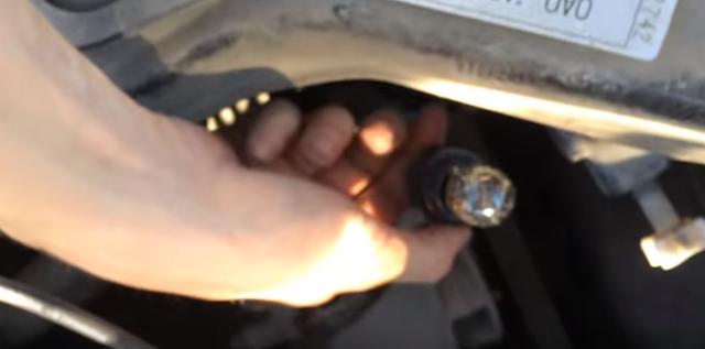 Как заменить лампочку ходовых огней на Лада Гранта