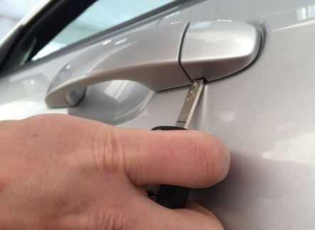 Как открыть Пежо 308 если сел аккумулятор?