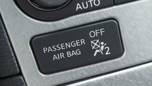 Почему загорается значок подушки безопасности на Дачия Логан
