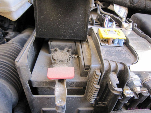 Снятие и замена аккумулятора на Пежо 308: видео и инструкция