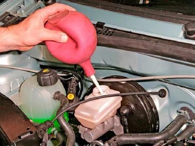 Замена тормозной жидкости Рено Логан: какая, фото и видео