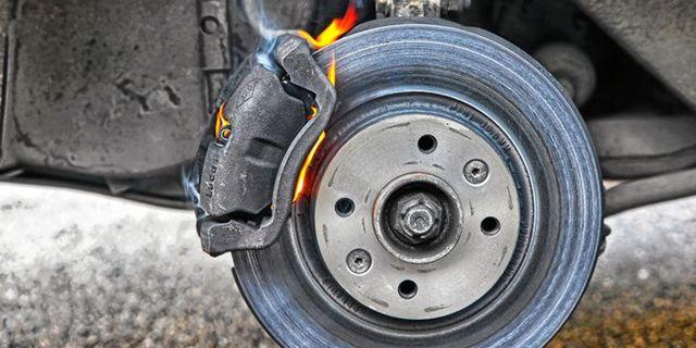 Как поменять передние тормозные колодки на Форд Фьюжн: видео