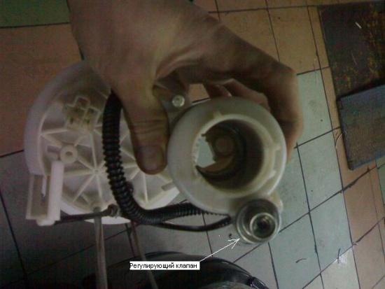 Как поменять топливный фильтр на Митсубиси Лансер 10: видео