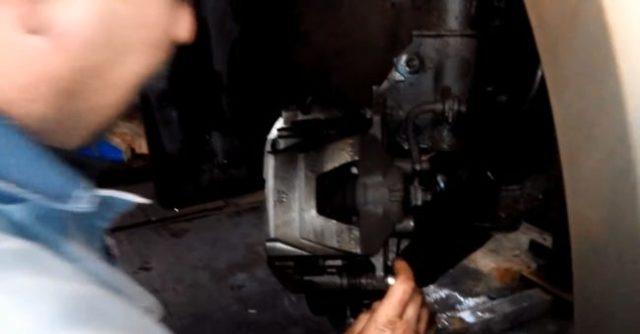 Как на Шевроле Круз поменять задние тормозные колодки: видео