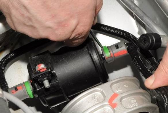 Где находится топливный фильтр Рено Дастер: фото и видео