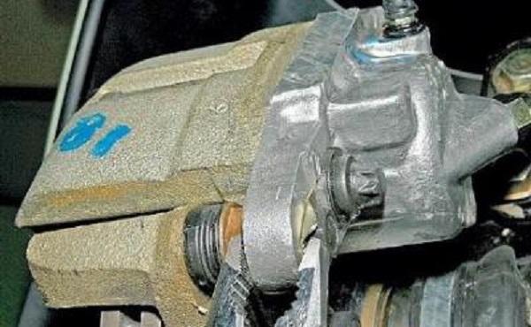 Замена передних тормозных колодок на Лада Ларгус: фото и видео