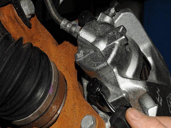 Замена передних тормозных колодок на Рено Дастер: фото и видео