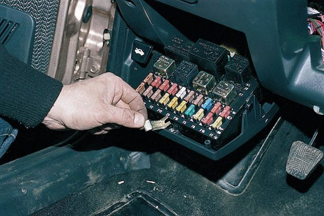 Где находится реле вентилятора охлаждения ВАЗ-2112 16 клапанов
