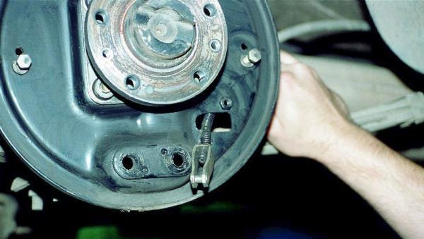 Замена троса ручника на ВАЗ-2112: фото и видео