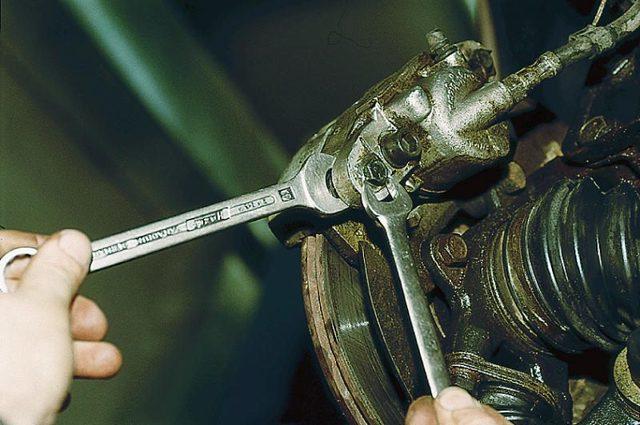 Как поменять передние тормозные колодки на ВАЗ- 2112: видео, фото