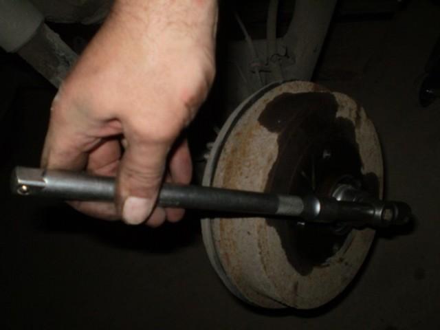 Как снять задний тормозной барабан Рено Логан: видео, фото съёмника
