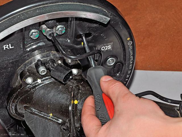 Замена задних тормозных колодок Фольксваген Поло седан: видео