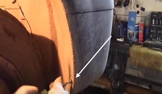 Что находится справа за бампером на Рено Логан?